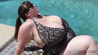 La adorable Lexxxi Luxe por la piscina